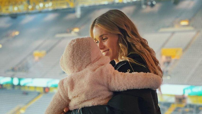 Scarlett Gartmann mit ihrer Tochter im Signal Iduna Park in Dortmund