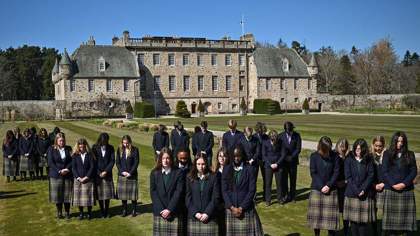 Schüler von Prinz Philips ehemaliger Schule Gordonstoun in Schottland während der Schweigeminute