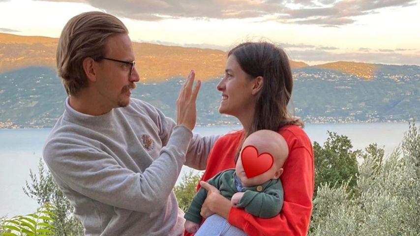 Sebastian Tigges und Marie Nasemann mit ihrem Kind