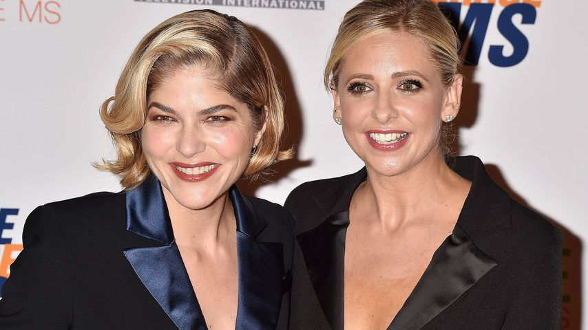 "Selma Blair und Sarah Michelle Gellar bei der ""Race to Erase MS""-Gala in Beverly Hills"