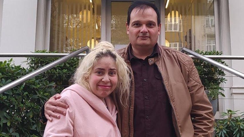 Selma und ihr guter Freund Micha vor einer Schönheitsklinik in Hamburg