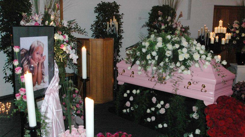 Sexy Coras Beerdigung im Januar 2011