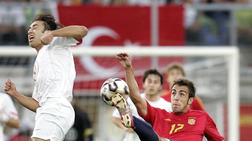 Sezer Öztürk (l.) und Cesc Fàbregas beim Länderspiel Italien gegen Spanien am 22. Juni 2005