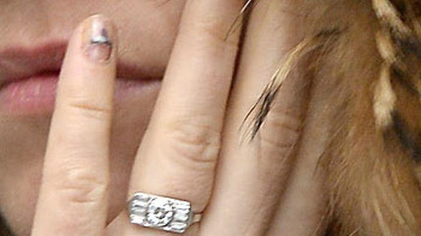 Sienna Miller: Was hat sie denn da am Fingernagel?