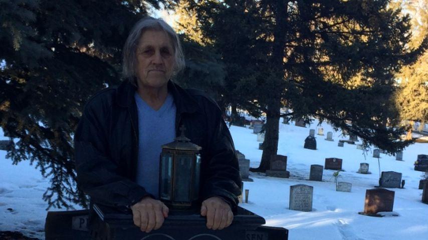 Smith Hart am Grab seines Bruders Owen