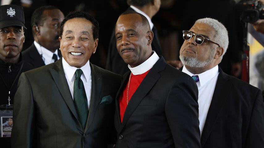 Smokey Robinson, Bischof Charles H. Ellis III und Pfarrer Robert Smith in Detroit