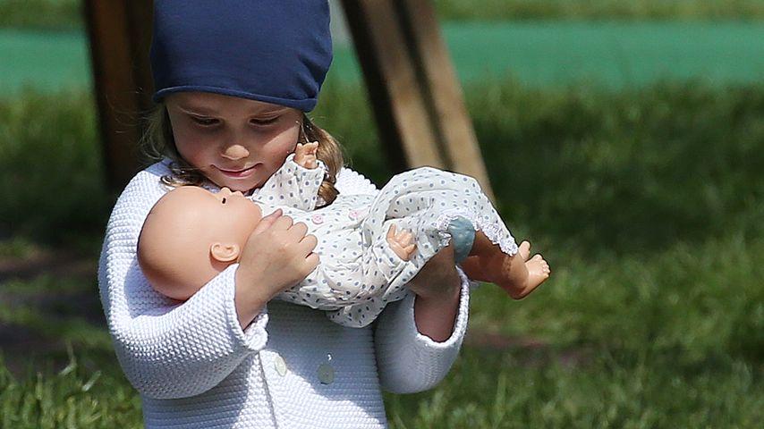 So süß: Hier übt sich Michelle Hunzikers Sole (2) als Mami