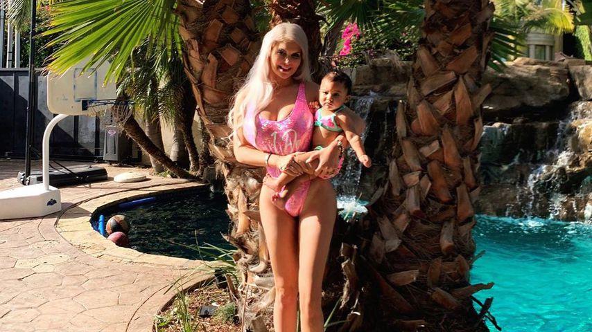 Im Barbie-Badeanzug: Sophia Vegas planscht mit Baby Amanda