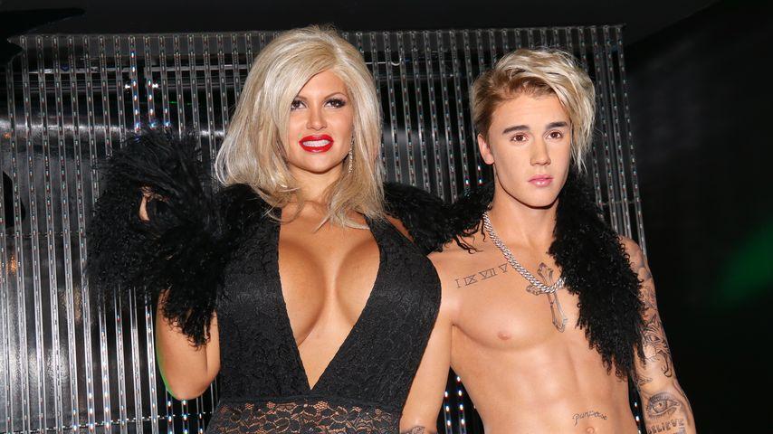 Sophia Wollersheim mit der Justin-Bieber-Wachsfigur bei deren Einweihung im Madame Tussauds Berlin