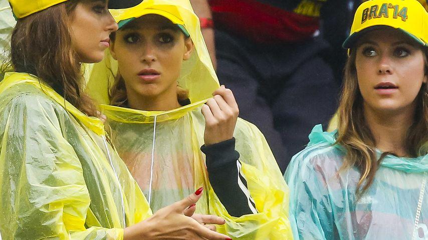 Uneitel! WM-Spielerfrauen tapfer im Regen-Cape