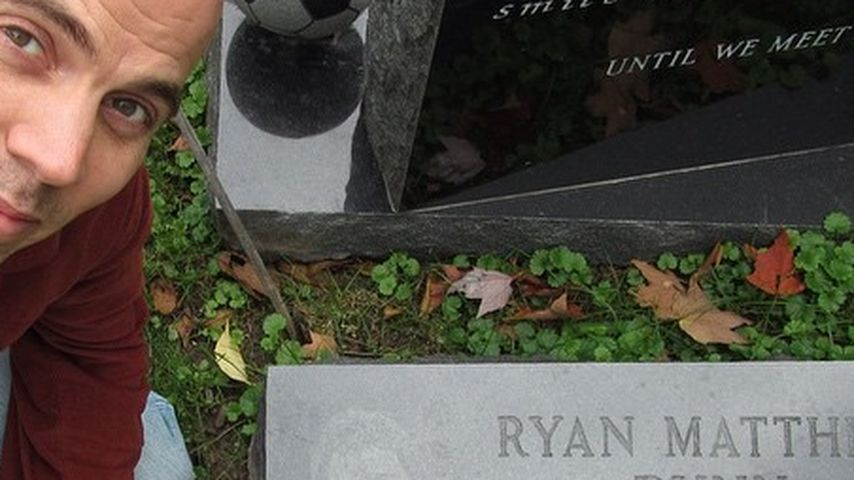 Rührende Geste Steve O Besucht Ryan Dunns Grab Promiflashde