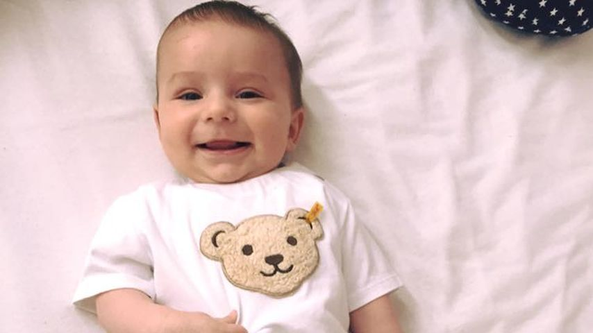 Strahlend & süß: Tanja Tischewitschs Baby Ben liegt auf dem Bett