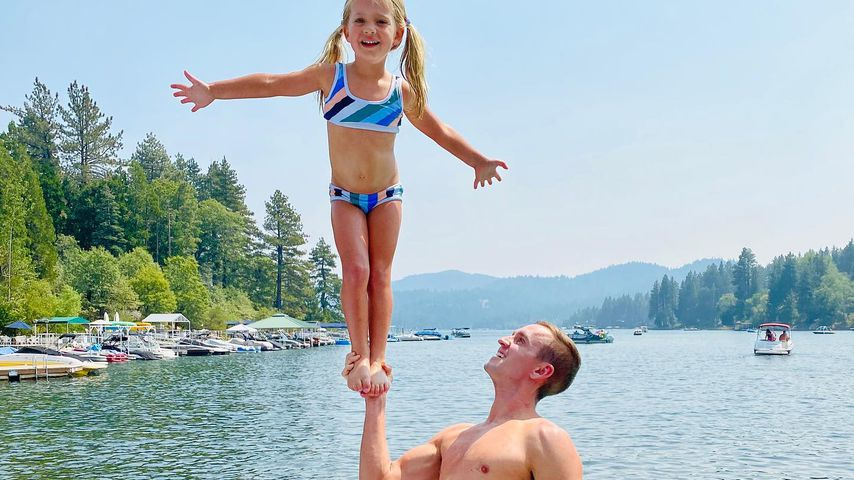 Stuart Holden stemmt Tochter mit nur einer Hand in die Höhe