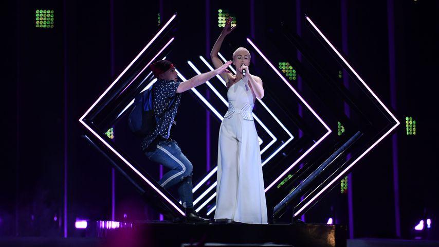 SuRie und ein Flitzer (l.) beim Eurovision Song Contest in Lissabon