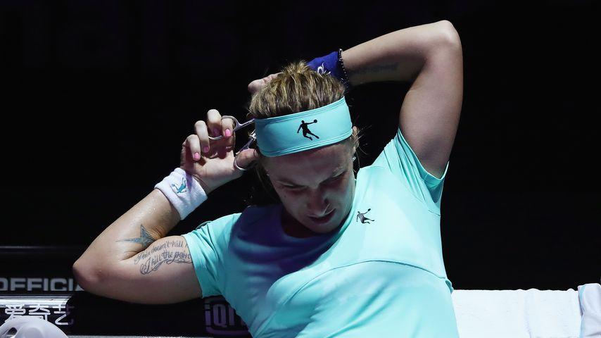 Crazy: Tennisspielerin schneidet sich im Match den Zopf ab
