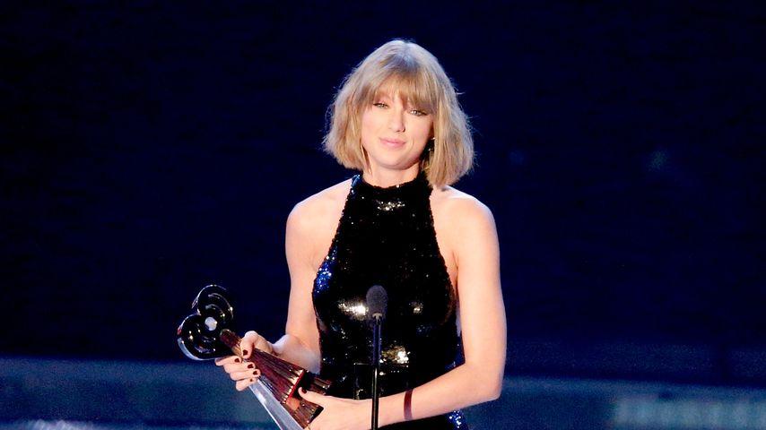 Taylor Swift bei den iHeartRadio Music Awards auf der Bühne