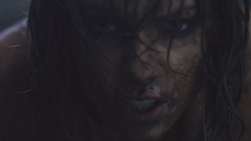 "Sexy im Schlamm: So teast Taylor Swift ""Out Of The Woods"" an"