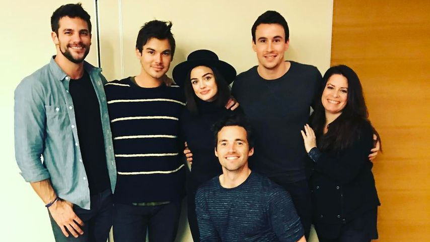 Brant Daugherty, Tyler Blackburn, Lucy Hale, Huw Collins, Holly Marie Combs & Ian Harding (v.l.)