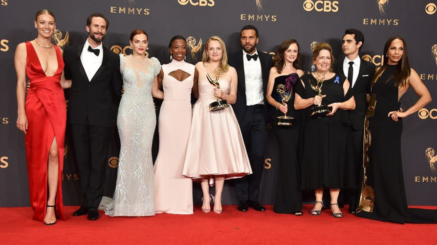 "Alexis Bledel (4.v.r.) mit dem ""The Handmaid's Tale""-Cast beim Emmy-Award 2017"