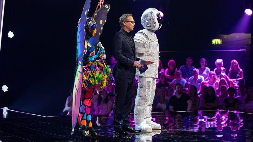 """""""The Masked Singer""""-Moderator Matthias Opdenhövel (M.) mit Schmetterling und Astronaut"""