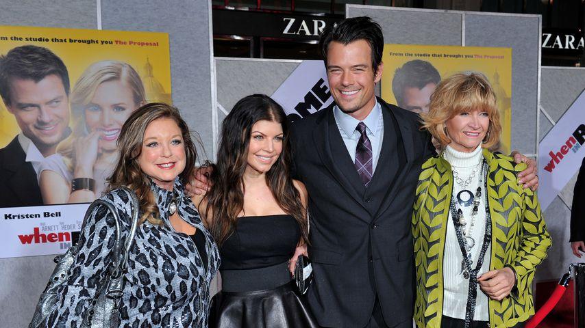 Theresa Ann, ihre Tochter Fergie, Josh Duhamel und seine Mutter Bonny Duhamel bei einer Premiere