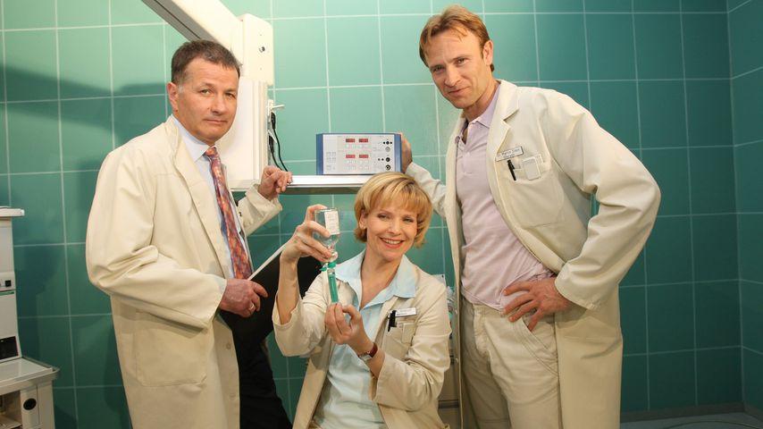 Thomas Rühmann, Andrea Kathrin Loewig und Bernhard Bettermann am Set der ARD-Serie