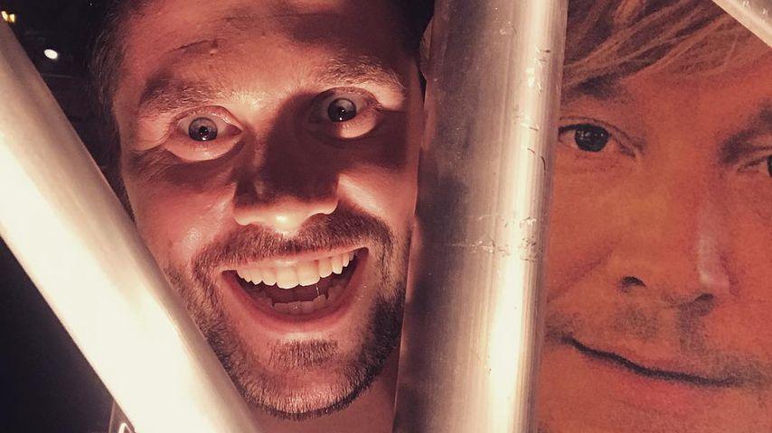 Thore Schölermann mit einem Papierschild von Samu Habers Gesicht