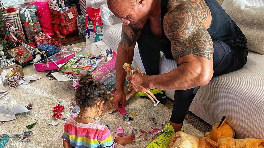 """Ganz zahm: Hier spielt """"The Rock"""" mit seiner Tochter Tiana"""