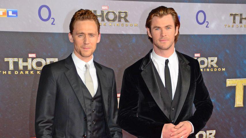 """Tom Hiddleston und Chris Hemsworth (r.) auf der """"Thor: The Dark Kingdom""""-Premiere in Berlin"""