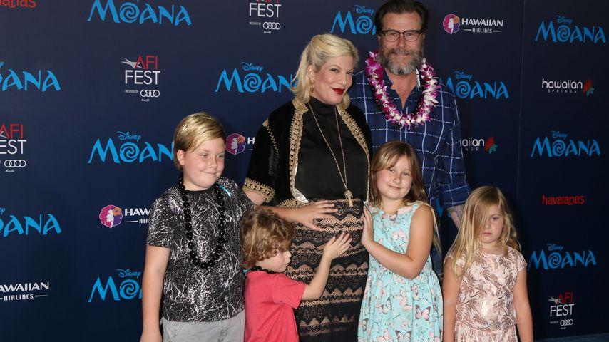 Tori Spelling mit Ehemann Dean McDermott und den gemeinsamen Kindern