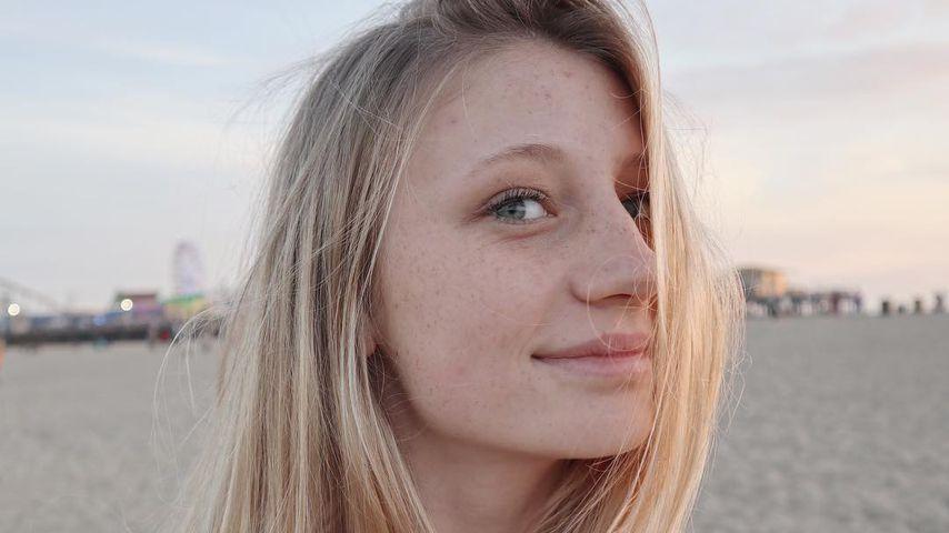 Trixi Giese an einem Strand in Santa Monica, Kalifornien