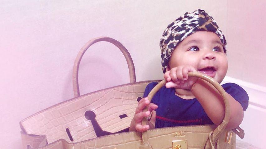 Schon jetzt ein Luxusgirl: True spielt in Khloes Hermès-Bag!