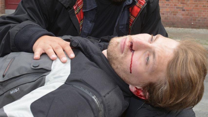Tuner (Thomas Drechsel) mit Dominik (Raul Richter) nach dem Unfall (25.11.)