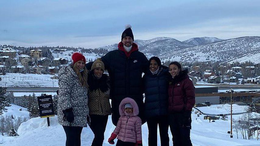 Vanessa Bryant mit ihren Töchtern und zwei Freunden im Schnee