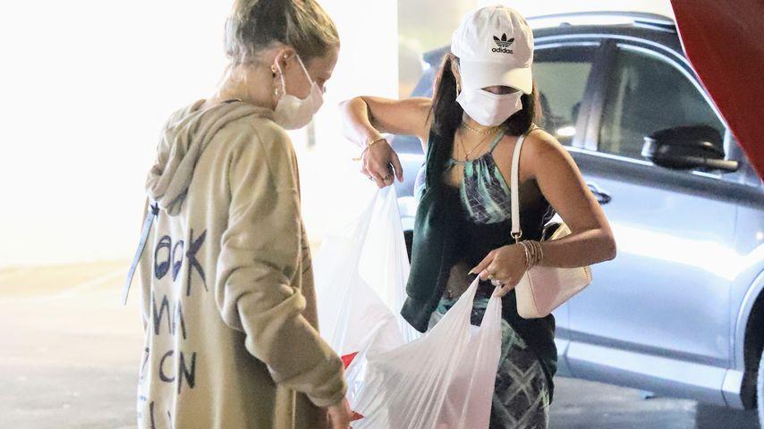 Vanessa Hudgens mit einer Freundin in West Hollywood
