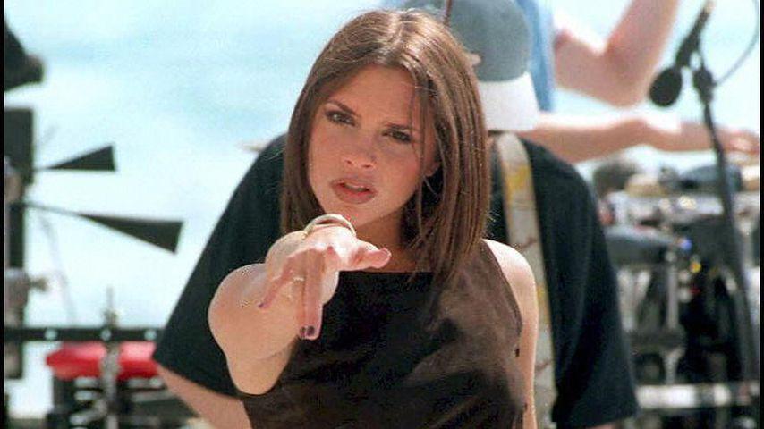 Victoria Beckham alias Posh Spice bei einem Auftritt der Spice Girls, 1997