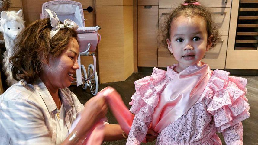 Luna Simone Stephens mit ihrer Großmutter Vilailuck Teigen