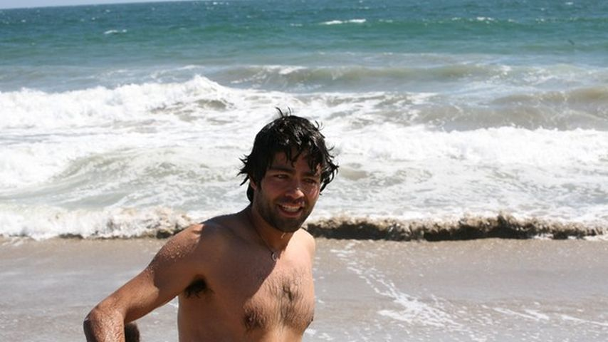 Adrian Grenier am Strand