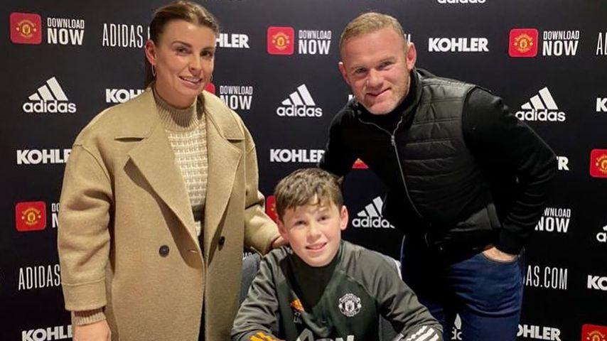 Wayne Rooney, Coleen Rooney und Kai Rooney bei der Vertragsunterzeichnung bei Manchester United