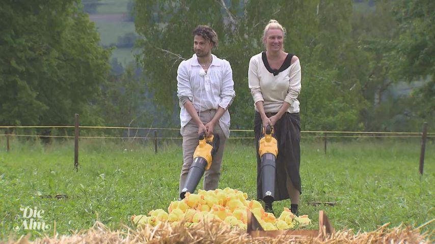 """Yoncé Banks und Magdalena Brzeska bei einer """"Die Alm""""-Challenge"""