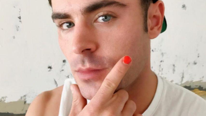 Zac Efron mit lackiertem Fingernagel