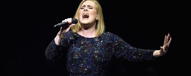 Adele bei einem Konzert in Los Angeles 2016
