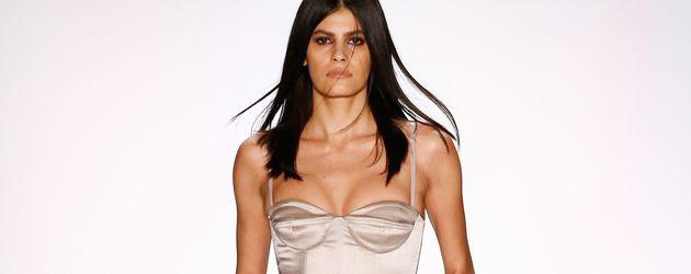 Alisar Ailabouni auf dem Catwalk der Berlin Fashion Week