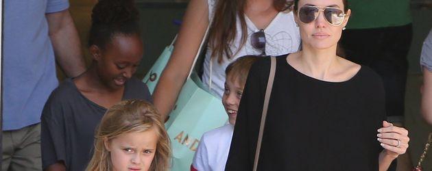 Angelina Jolie unterwegs mit ihren Kindern