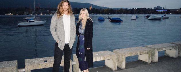 Carly und Brock O'Hurn am Meer