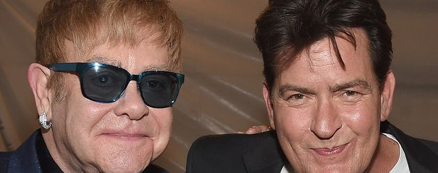 Charlie Sheen (r.) mit Rockstar Elton John