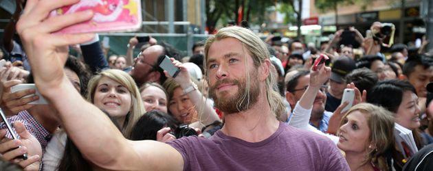 """Chris Hemsworth mit weiblichen Fans am Set von """"Thor: Ragnarok"""" in Brisbane"""