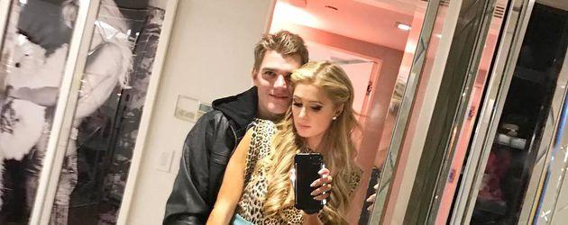 Chris Zylka und Paris Hilton bei einem Selfie
