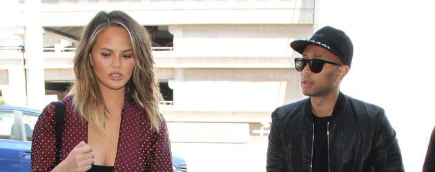 Chrissy Teigen und John Legend mit ihrer Tochter am LAX