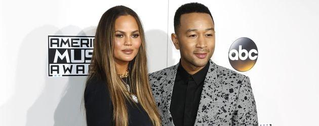 Chrissy Teigen und John Legend posieren bei den American Music Awards im November 2016 in L.A.